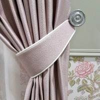 шторы с подхватом и белым кантиком в дополнении с декоративной розеткой