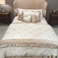 покрывало на кровать с подушками из сердечек